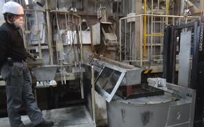アルミ鋳造工程の様子