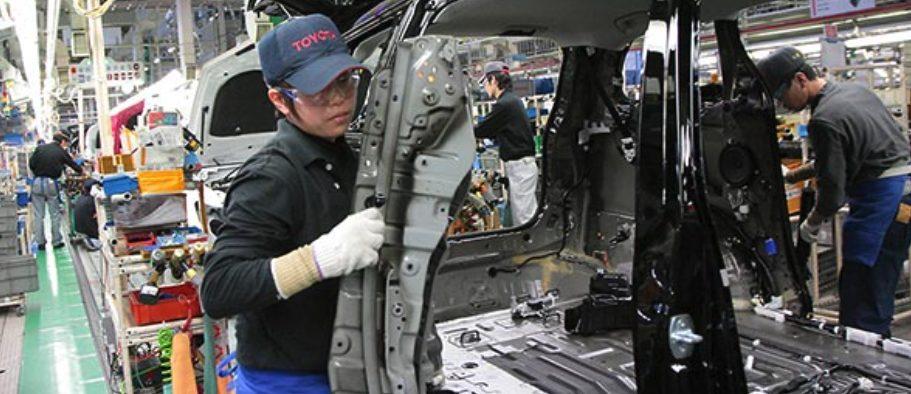 完成車メーカー(トヨタ)の作業風景